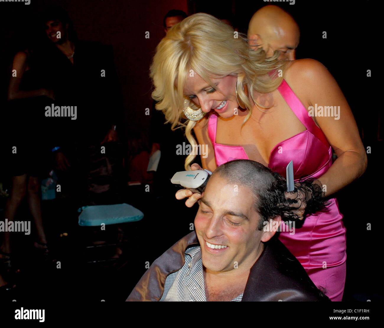 Alan Roth tiene su cabello echadas a beneficio de la Fundación de Fibrosis Quística en la 11ª Anual de Arte Moda Foto de stock
