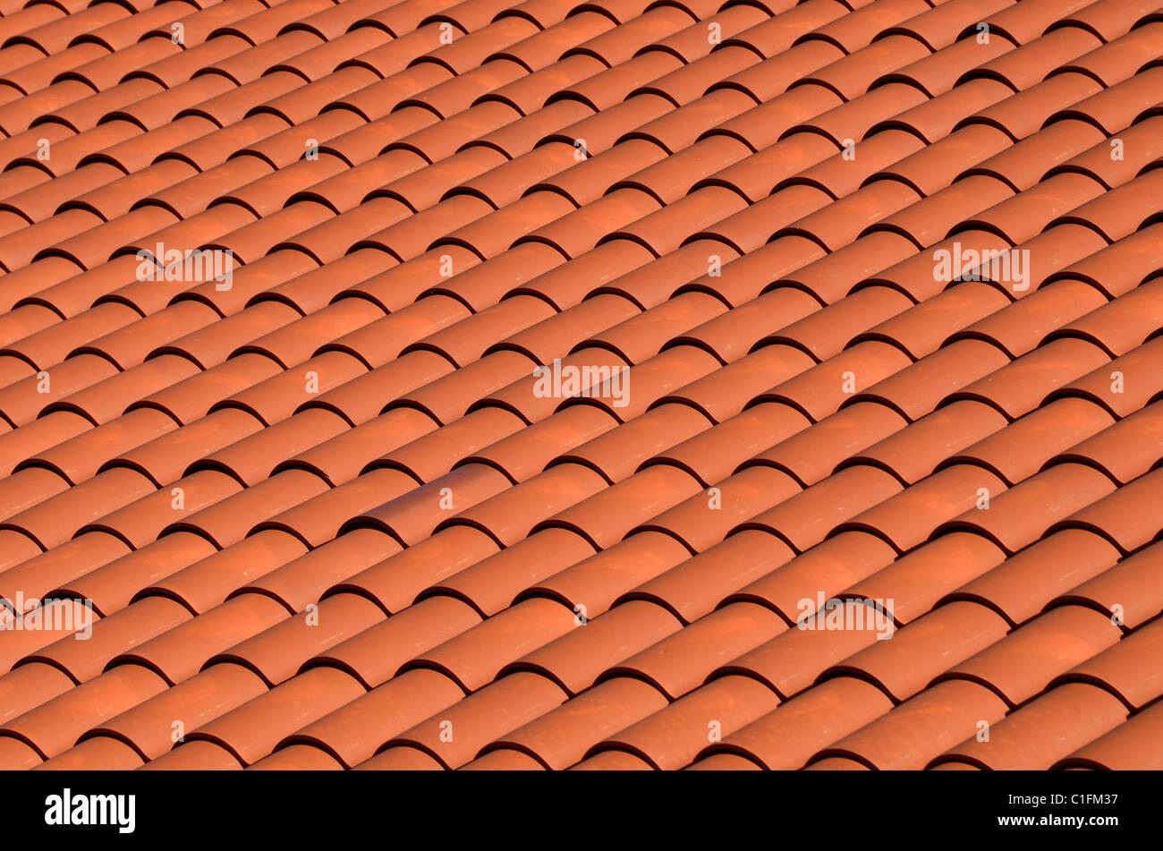 Un tejado de pizarra tejas rojas Imagen De Stock