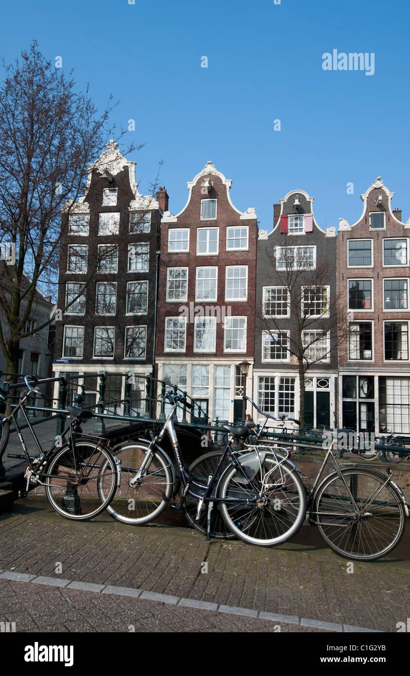 Gable holandés históricas tradicionales casas junto al canal Brouwersgracht en Amsterdam Países Bajos Imagen De Stock