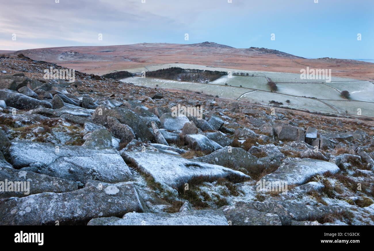 Sí Tor y High Willhays desde las rocas de granito esmerilado de Belstone Tor, el parque nacional de Dartmoor, Imagen De Stock