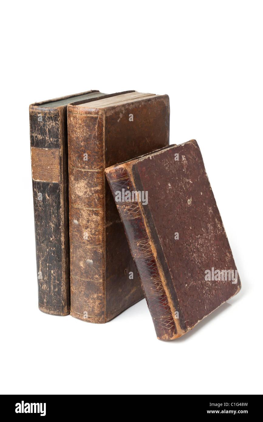 Libros antiguos con el desgaste y desgarre aislado sobre fondo blanco. Imagen De Stock