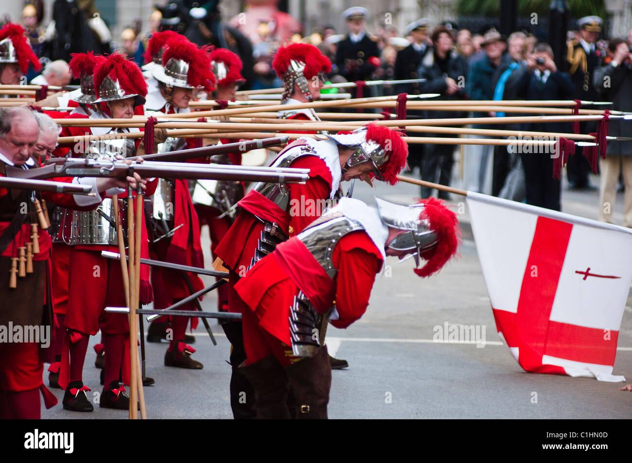 Piqueros, la Honorable Compañía de artillería de realizar un acto ceremonial en el Señor Alcalde Imagen De Stock