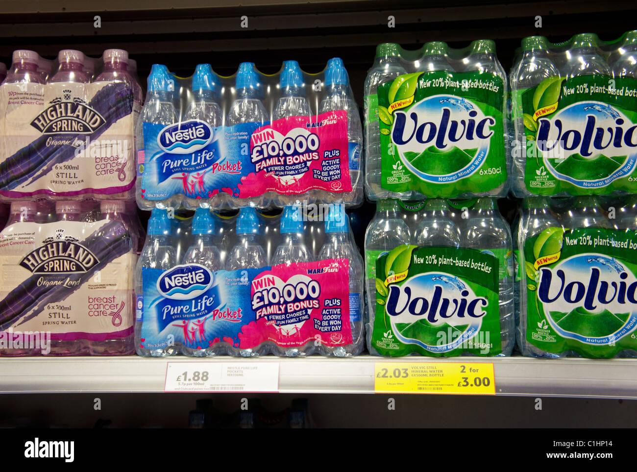 Agua embotellada para la venta en un supermercado británico Imagen De Stock