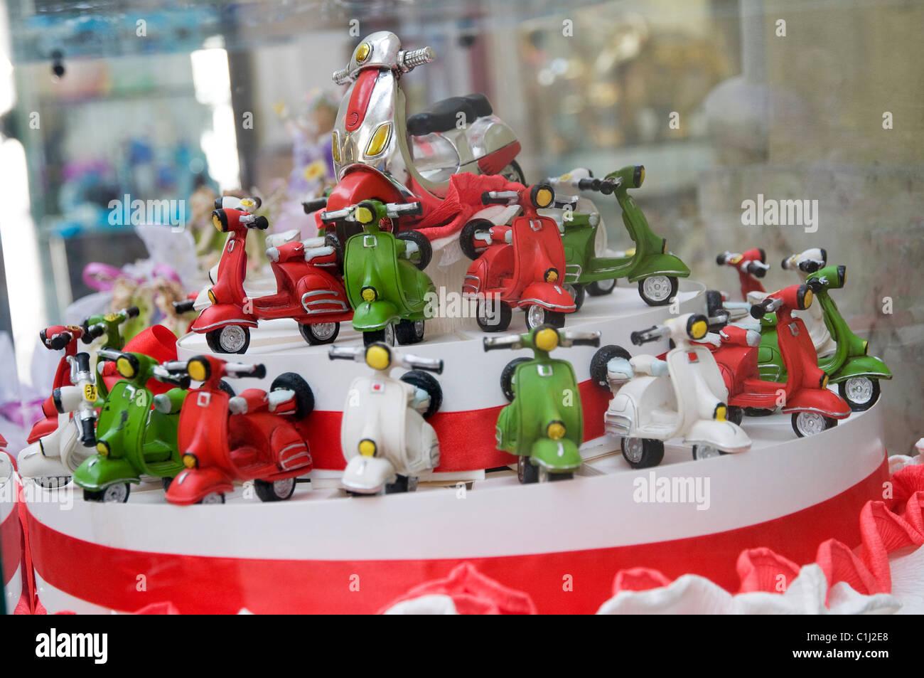 Vespa scooter pastel en el escaparate, de Turín, Italia Foto de stock