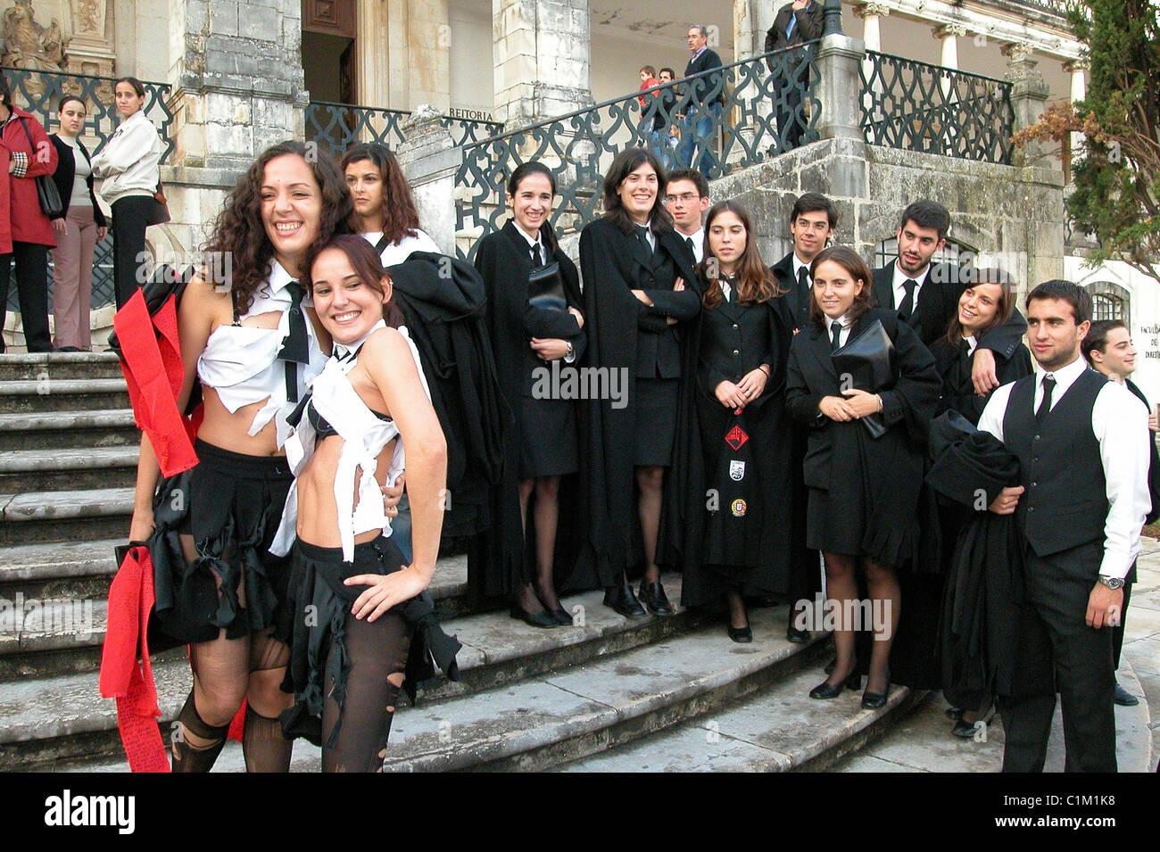 Universidad de Coimbra Portugal una bienvenida a los nuevos estudiantes universitarios (caloiros) eslizamiento durante la Latada o Festa das Latas Foto de stock