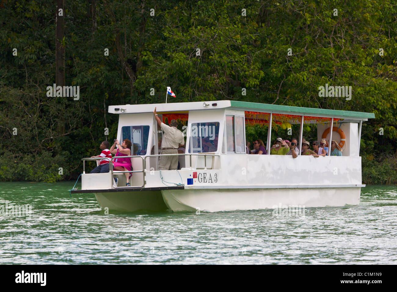 Los turistas en un tour ecológico viaje en barco, el Lago Gatún, Panamá Imagen De Stock