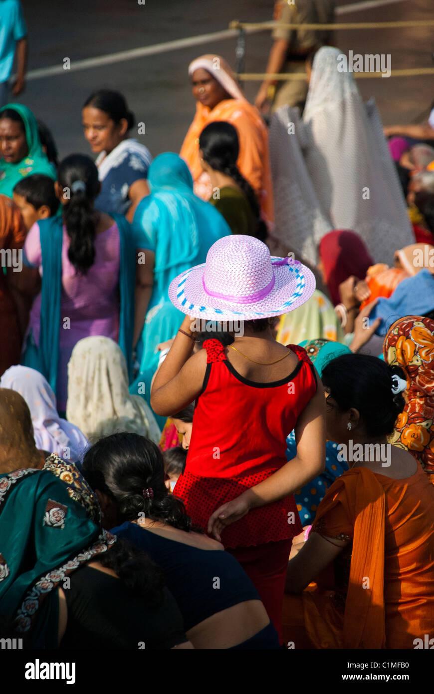 Un niño joven vistiendo un sombrero para el sol d84c22b100a