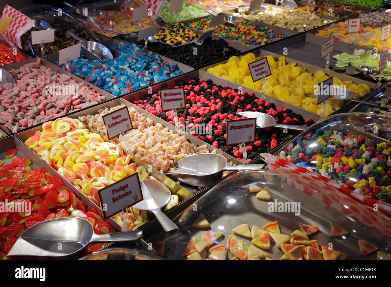 Escoger y Mezclar jelly dulces en el mercado Imagen De Stock