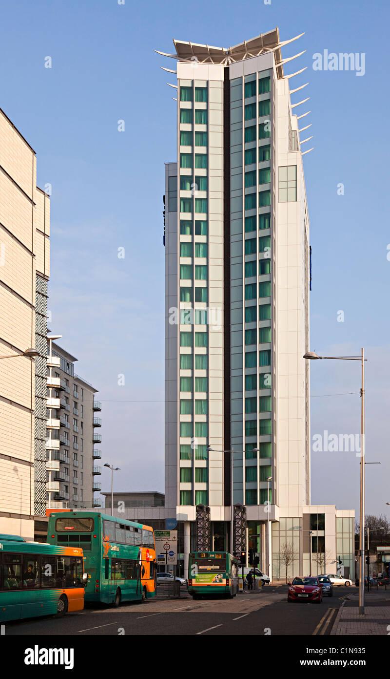 Modernos apartamentos en un edificio de gran altura en el centro de la ciudad con autobuses en calle Cardiff Gales Imagen De Stock