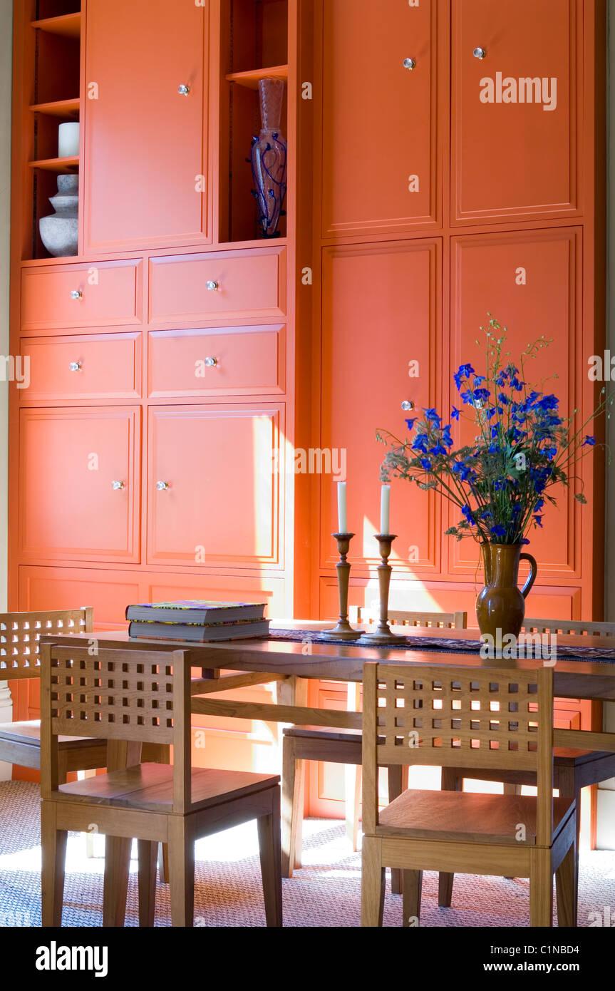 Comedor con armarios de almacenamiento naranja en el siglo ...