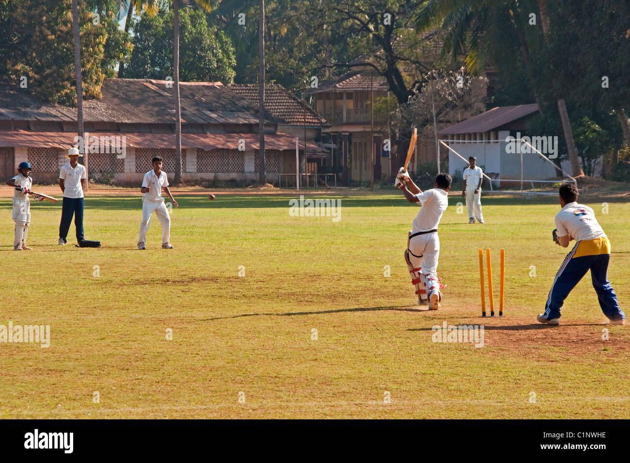 Los colegiales jugando críquet en Panaji, Goa. Imagen De Stock