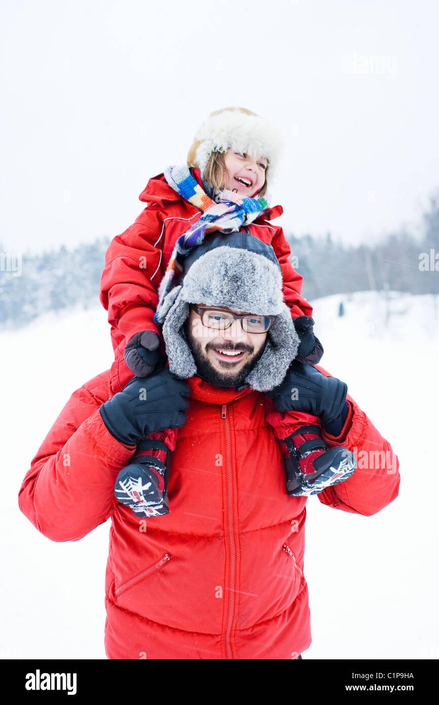 Hija de padre llevar sobre los hombros Imagen De Stock