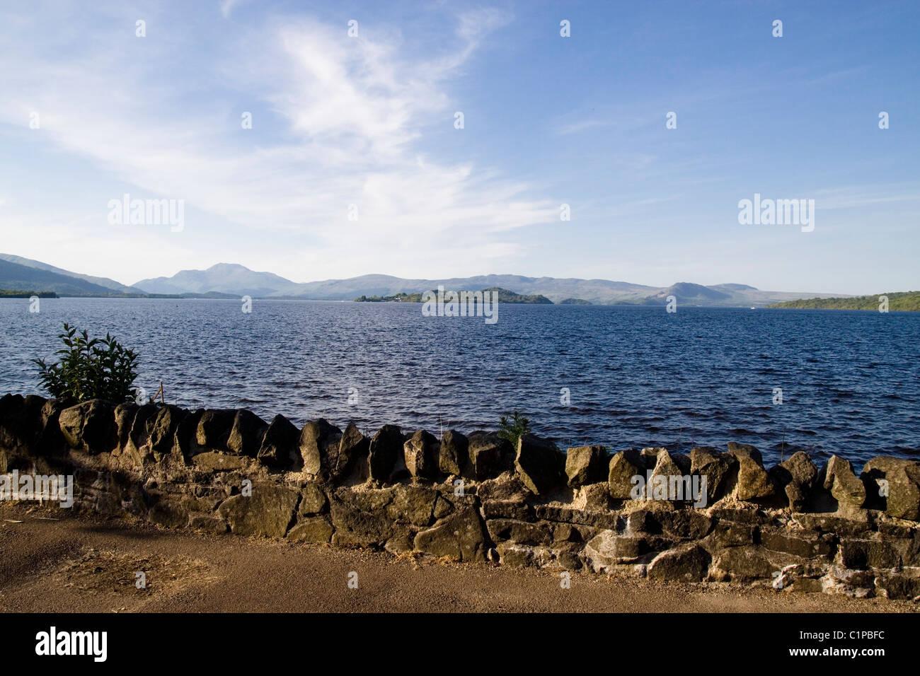 Escocia, Loch Lomond, pared en el borde del agua. Imagen De Stock