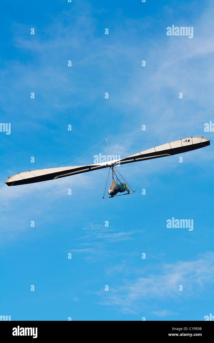 Australia, el norte de Queensland, persona parapente en mitad del aire. Imagen De Stock
