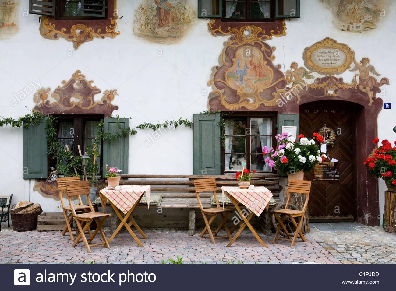 Alemania, Baviera, Oberammergau, mesa y sillas exterior restaurante Imagen De Stock