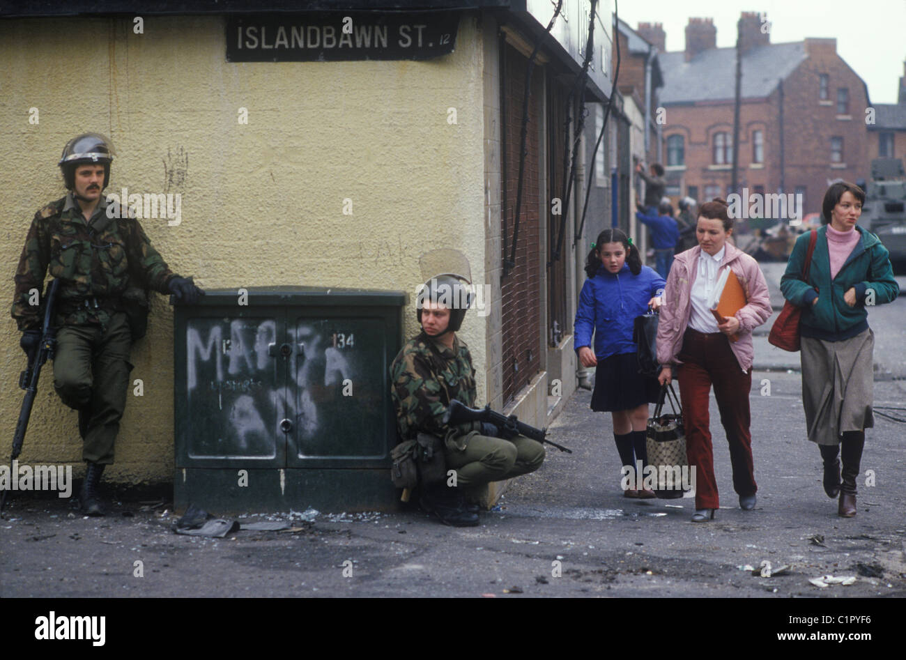 Los disturbios de Belfast de 1980. Calle Islandbawn Falls Road, Belfast soldados británicos. 80s UK HOMER SYKES Imagen De Stock