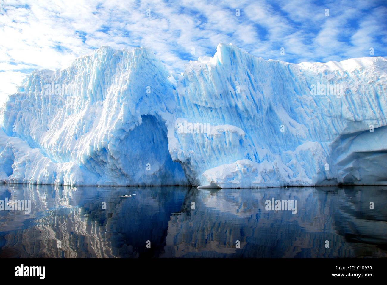 Iceberg estriados con cielo azul y nubes dramático Foto de stock