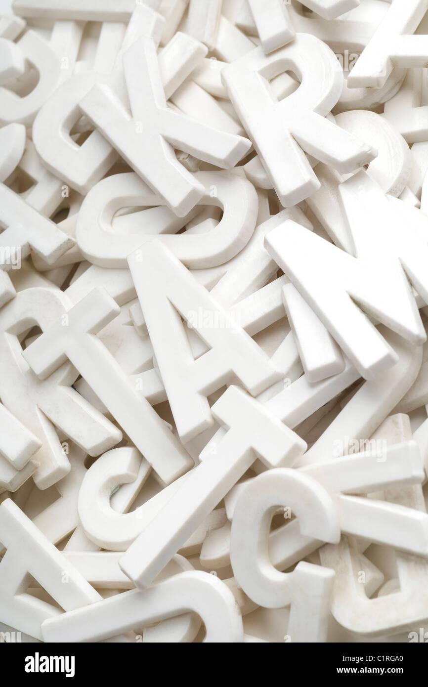 Un montón de letras blancas Imagen De Stock
