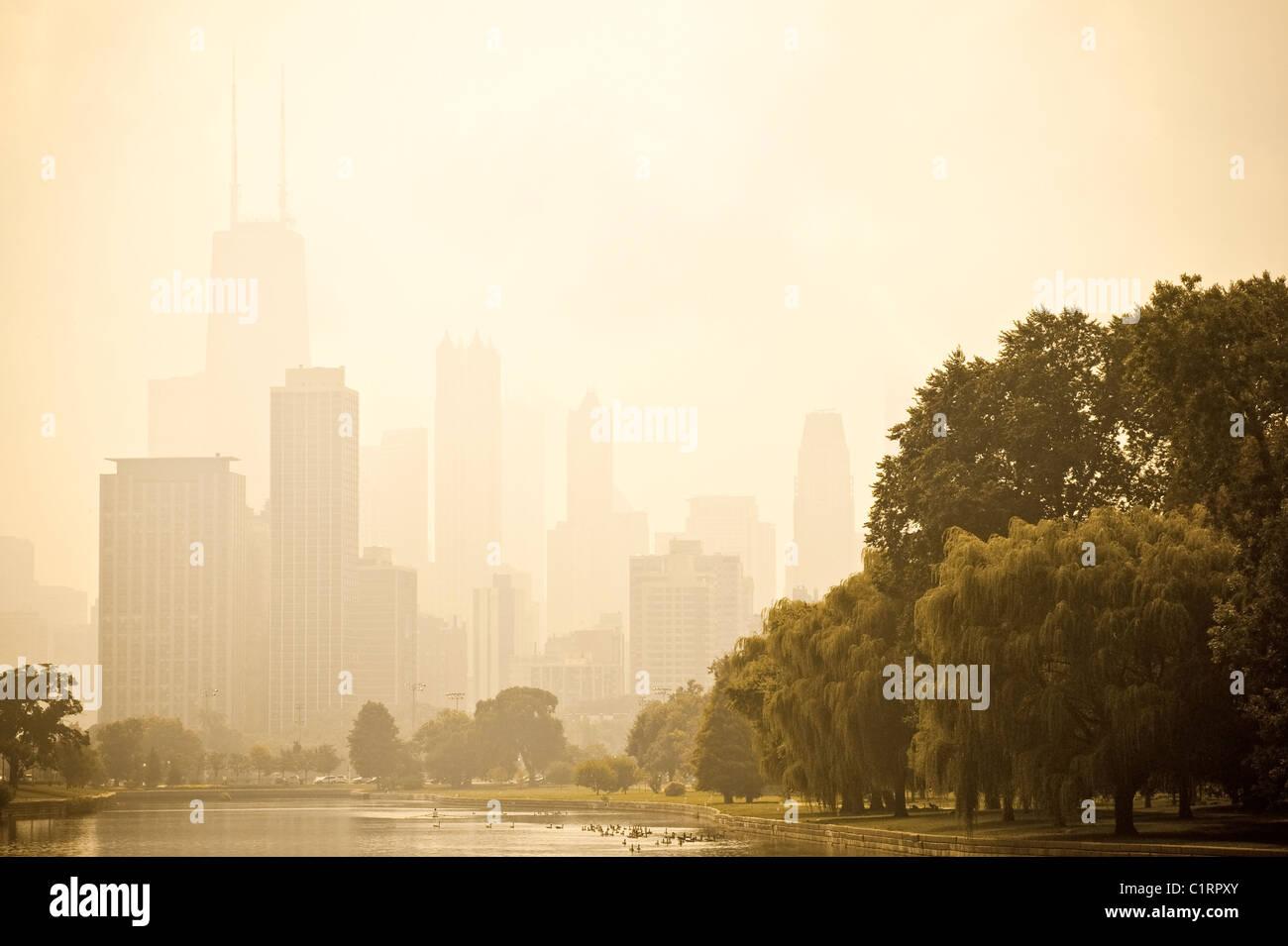 El centro de Chicago en la niebla del Lincoln Park Imagen De Stock