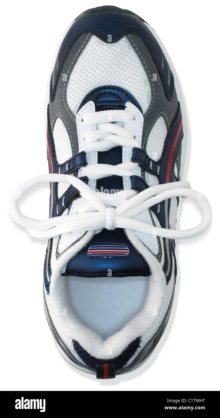 Una sola marca sin zapatillas de entrenamiento aislado sobre un fondo blanco. Imagen De Stock