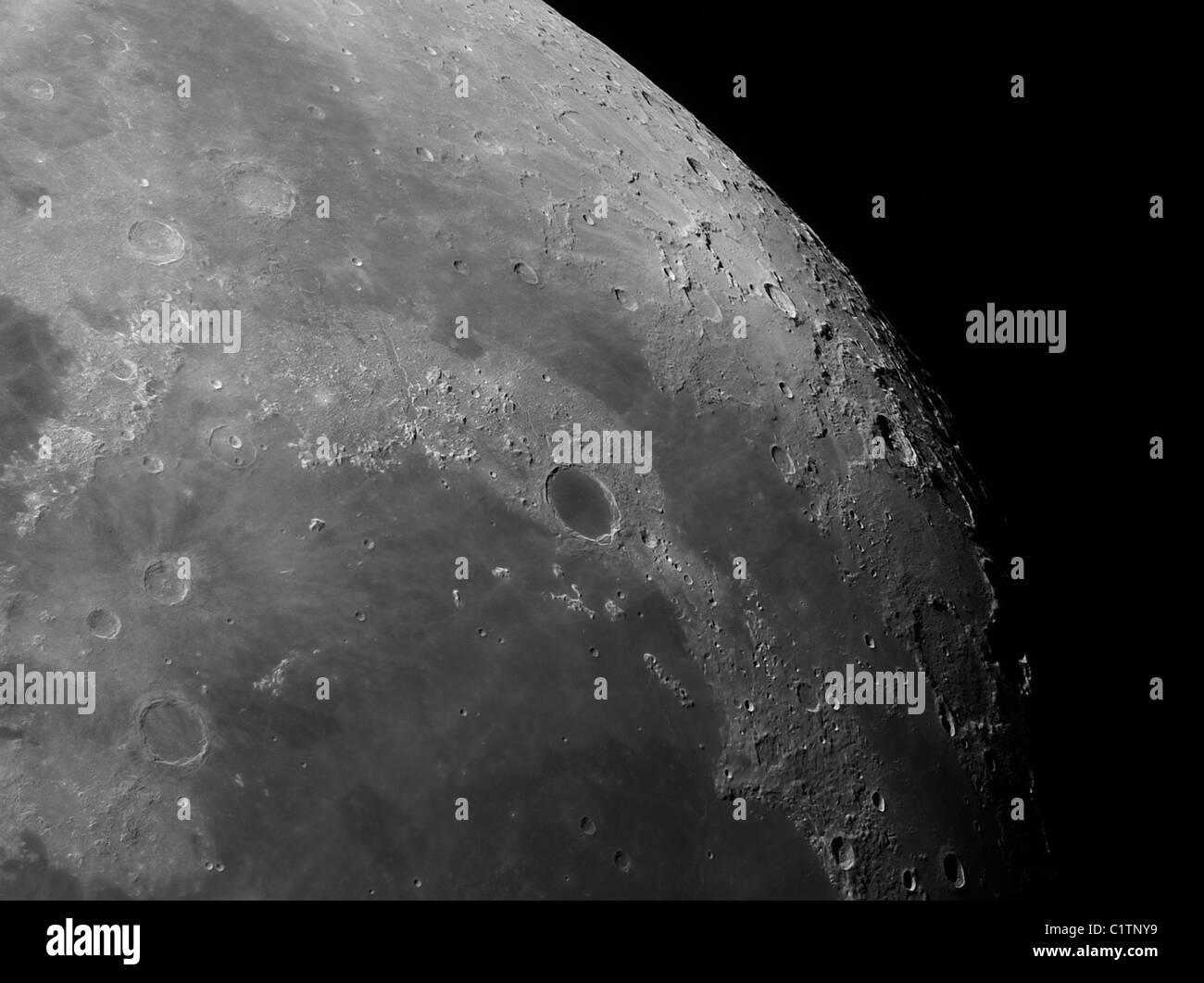 Vista cercana de la luna mostrando el impacto cráter Platón. Imagen De Stock