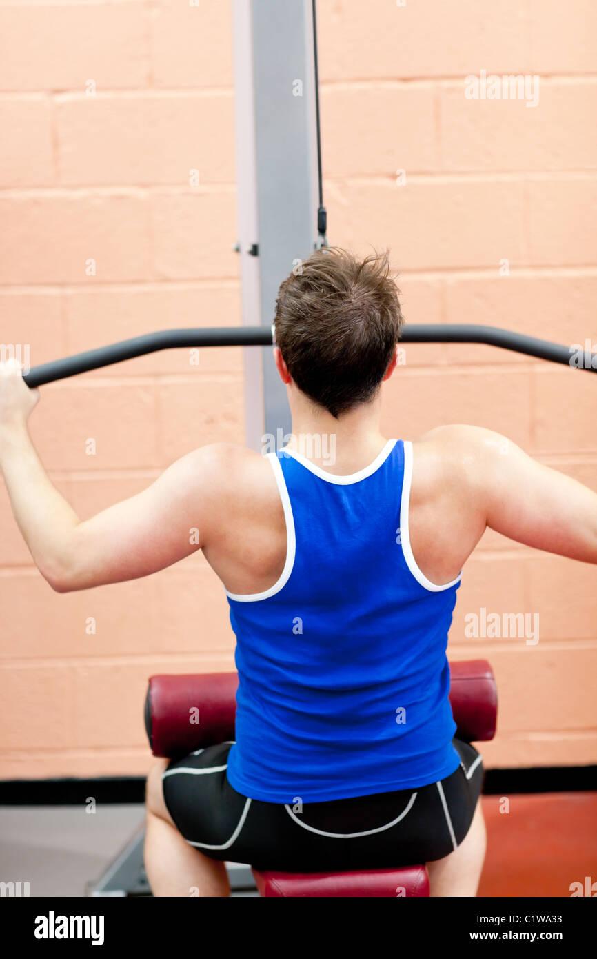 Atleta Masculino muscular practicar culturismo Imagen De Stock