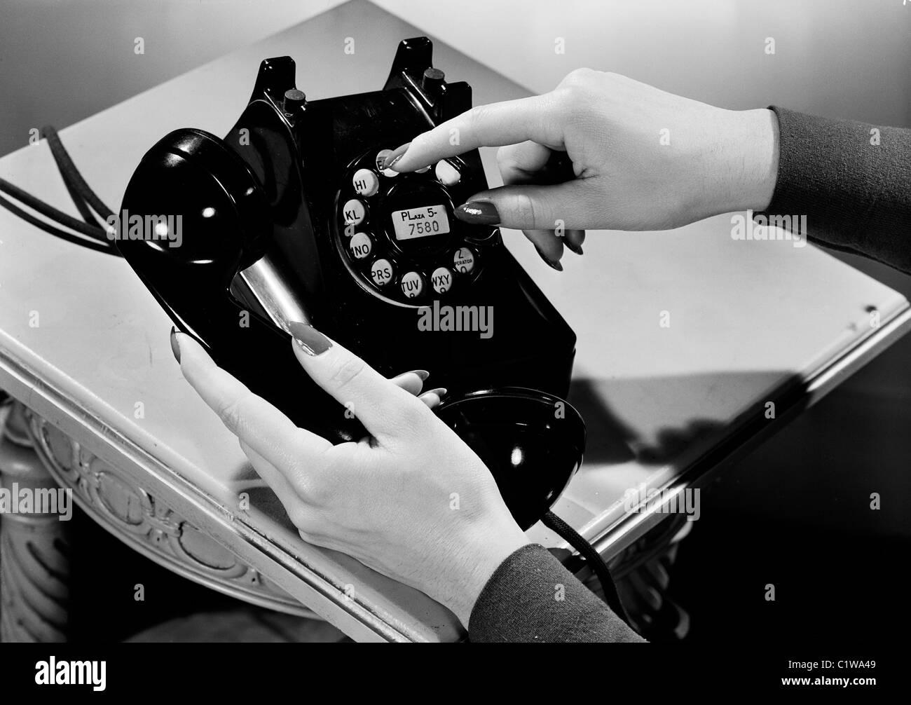 Mujer sosteniendo vintage teléfono Imagen De Stock