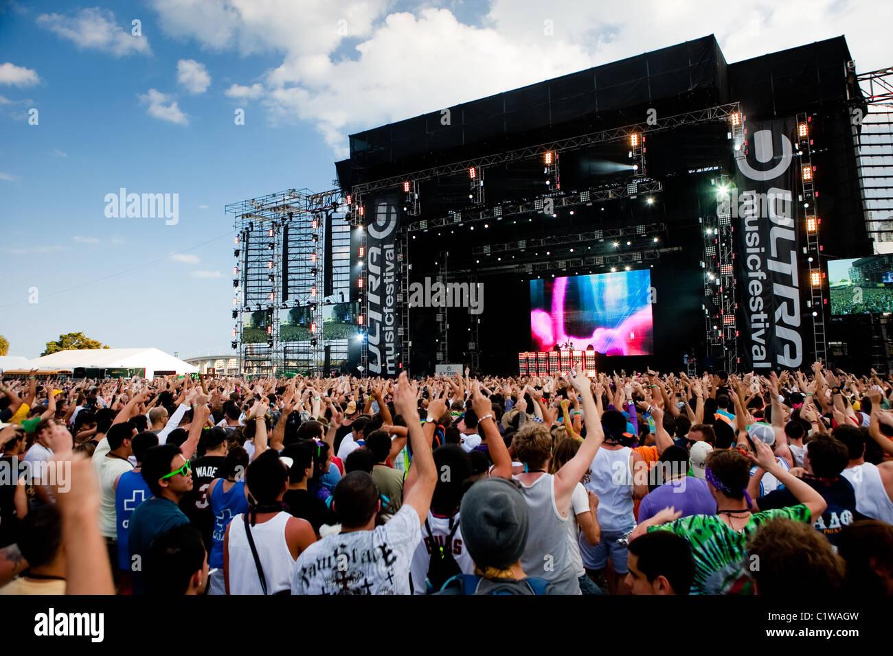 El escenario principal en el Ultra Music Festival en Miami, Florida, EE.UU., adoptado el 25 de marzo de 2011. Imagen De Stock