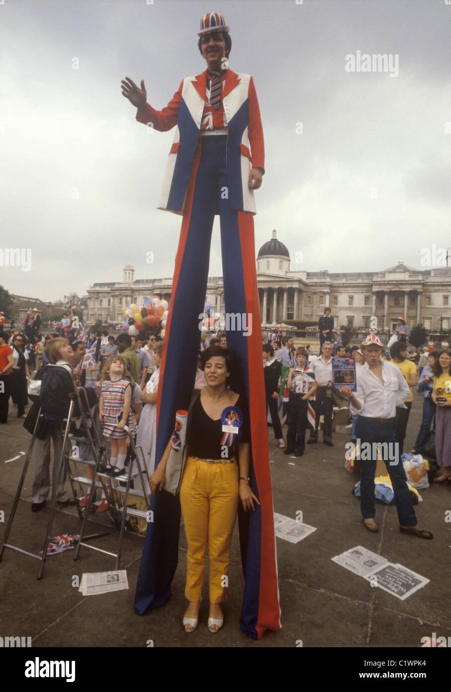 Boda Real del príncipe Carlos ys Lady Diana Spencer Trafalgar square patriota mediante pilotes para ver más Imagen De Stock