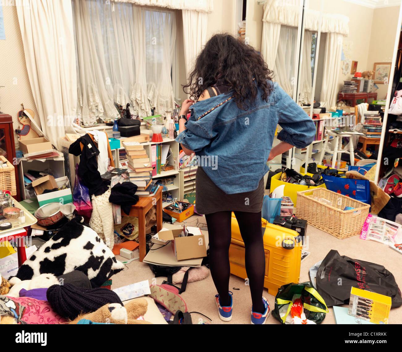 Adolescente en desordenado Dormitorio Foto de stock