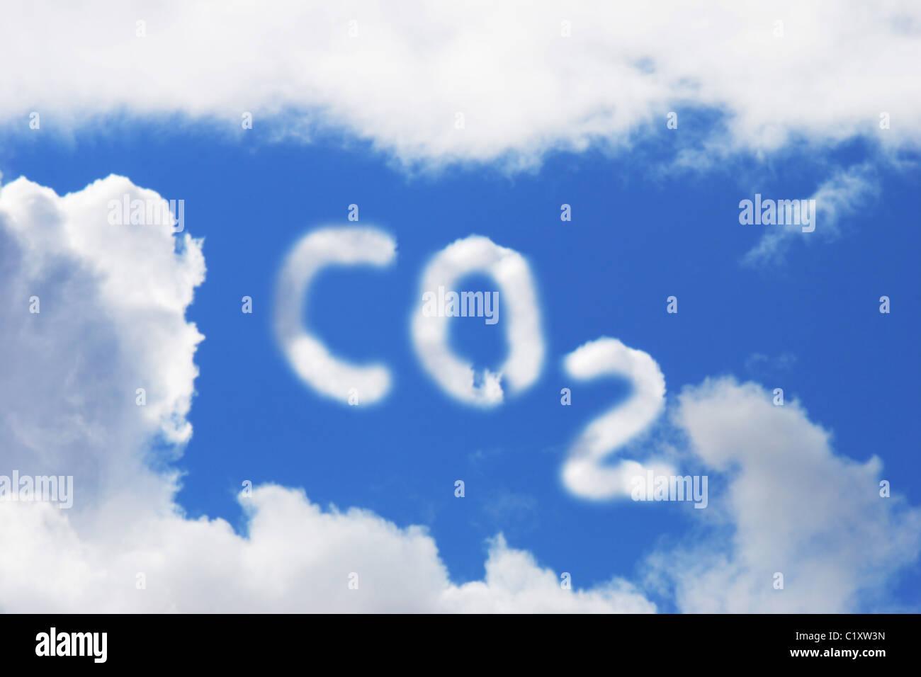 Símbolo de dióxido de carbono en Nubes y cielo azul Imagen De Stock