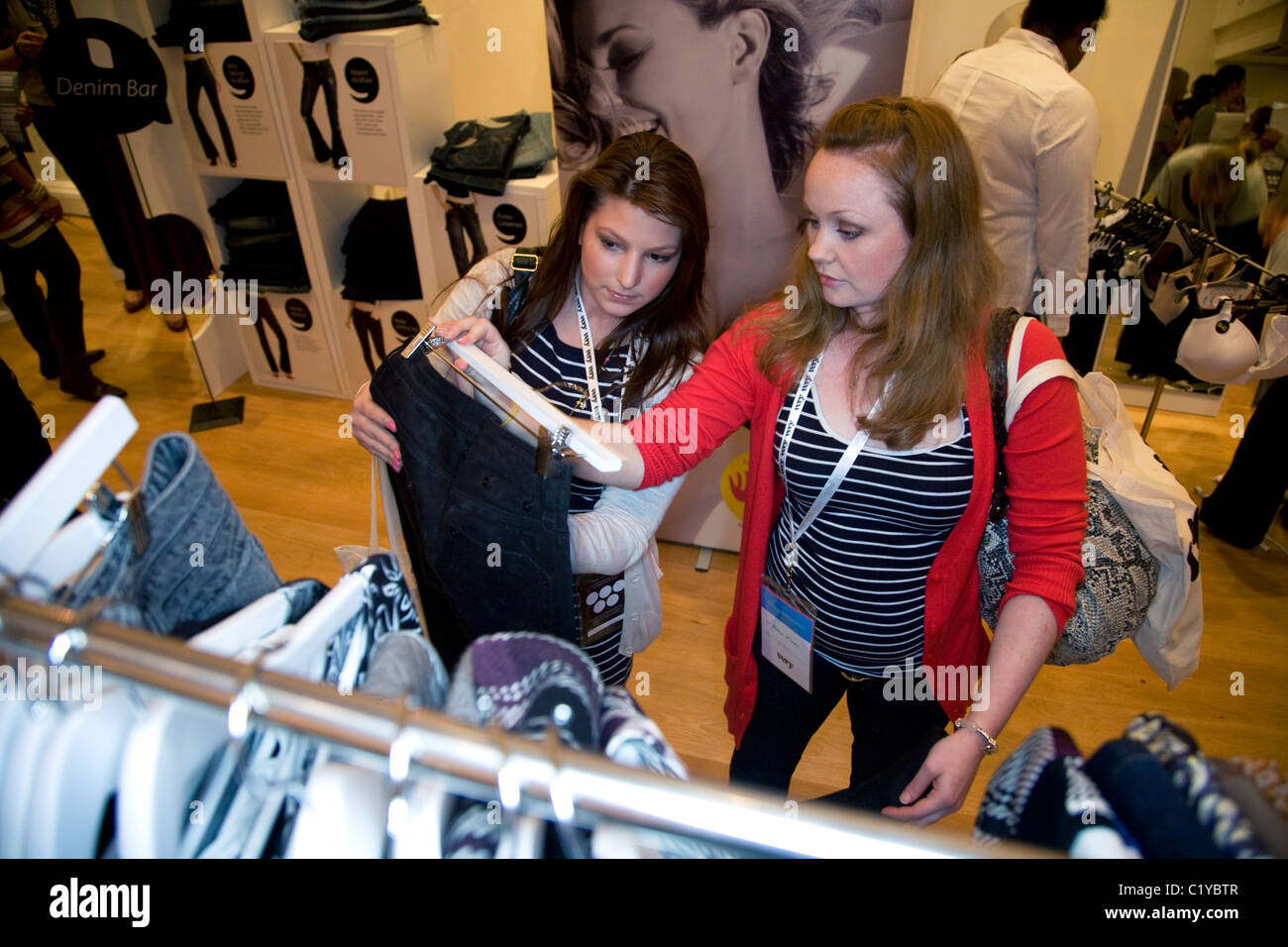 84e0aaf43f Mujeres Comprando Ropa Imágenes De Stock   Mujeres Comprando Ropa ...