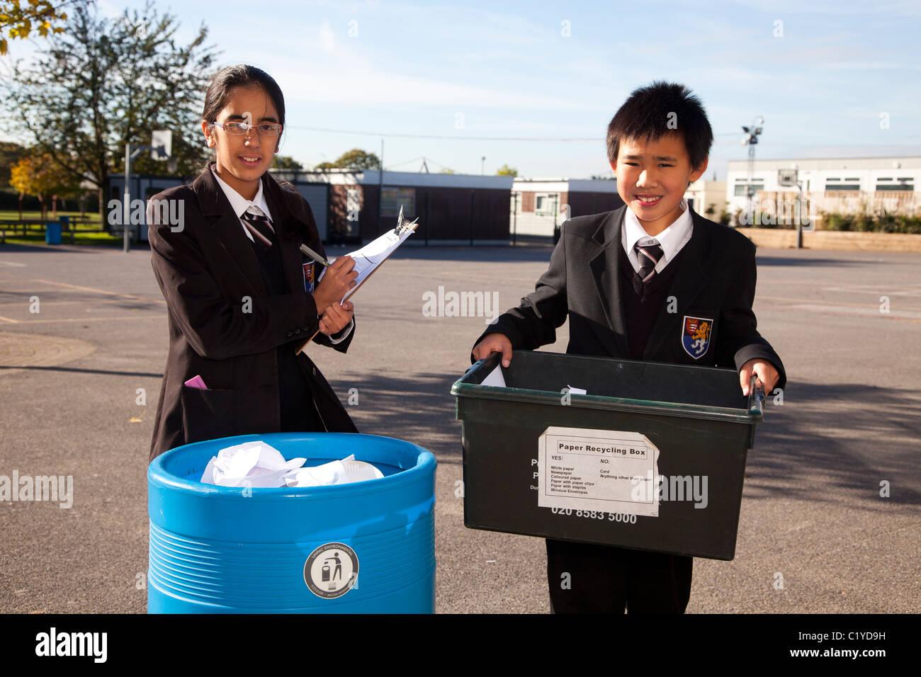 Los escolares los niños 'escuela' papel reciclado Imagen De Stock