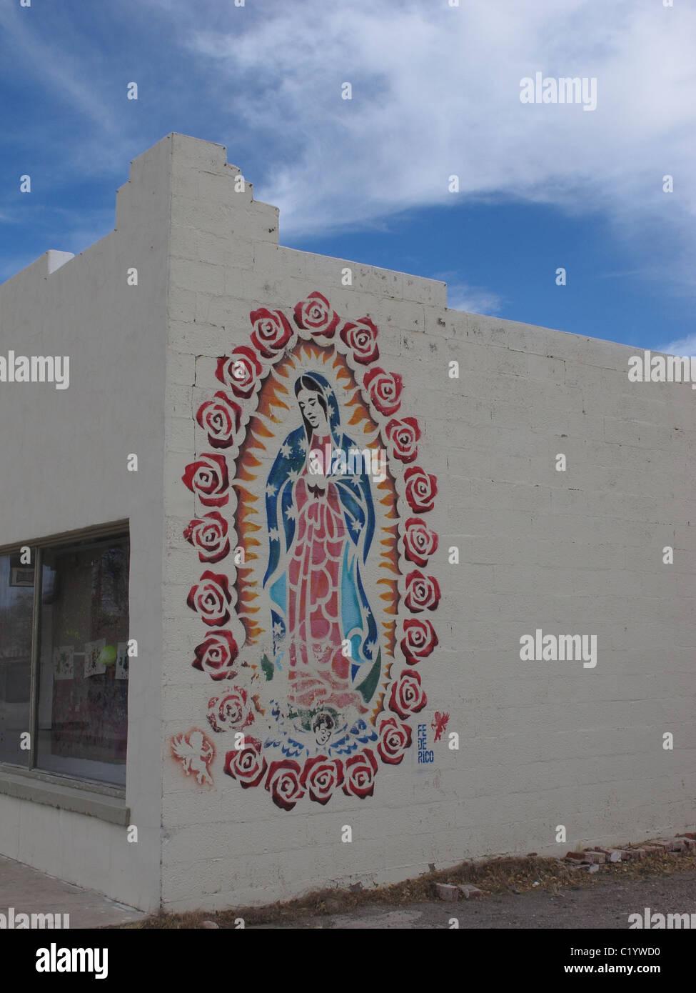 Nuestra Señora de Guadalupe o la Virgen de Guadalupe o la Virgen de Guadalupe mural sobre el lateral de un edificio Foto de stock