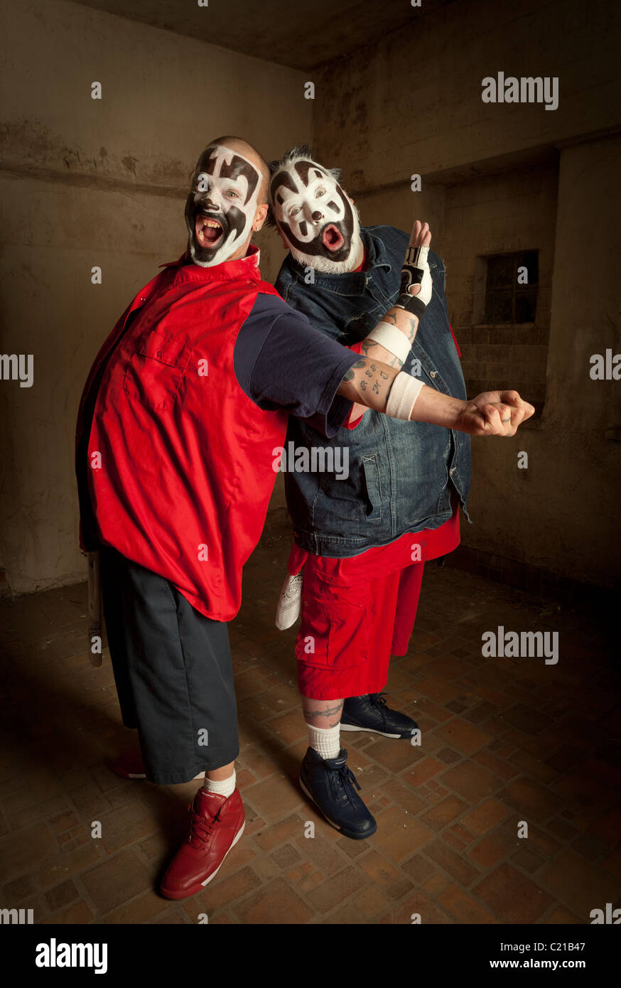 J violentos y Shaggy 2 Droga de Insane Clown Posse posar para fotos antes de un concierto en Milwaukee, Wisconsin. Imagen De Stock