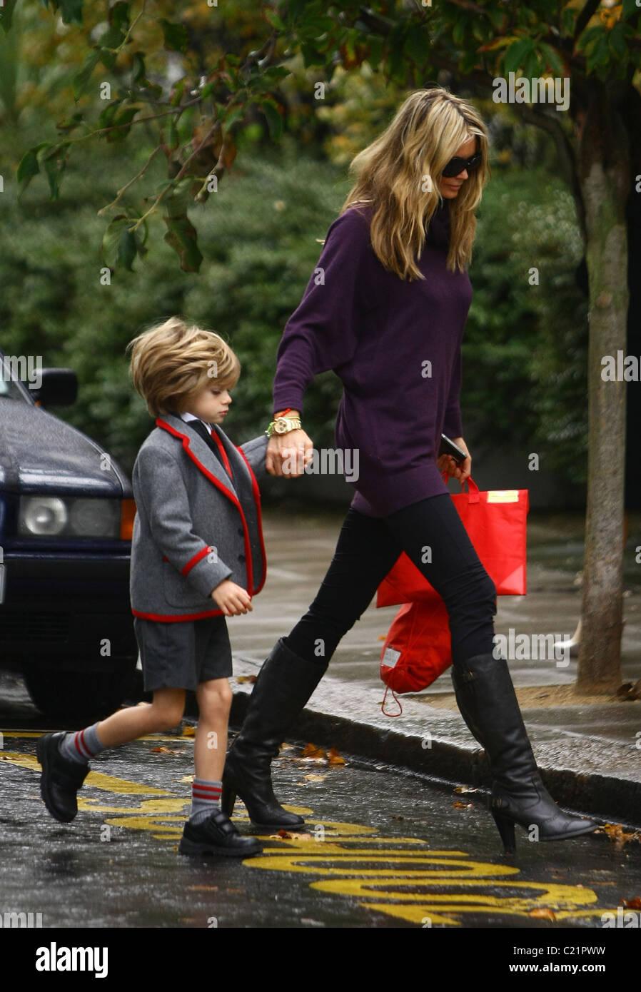 Elle Macpherson teniendo su hijo Aurelius Cy Andrea Busson a la escuela de Londres, Inglaterra - 06.10.09 Foto de stock