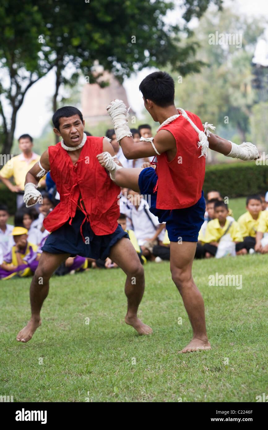 Los boxeadores demostrando el antiguo deporte de 'muay kaad chuek' donde las manos y los antebrazos están Imagen De Stock