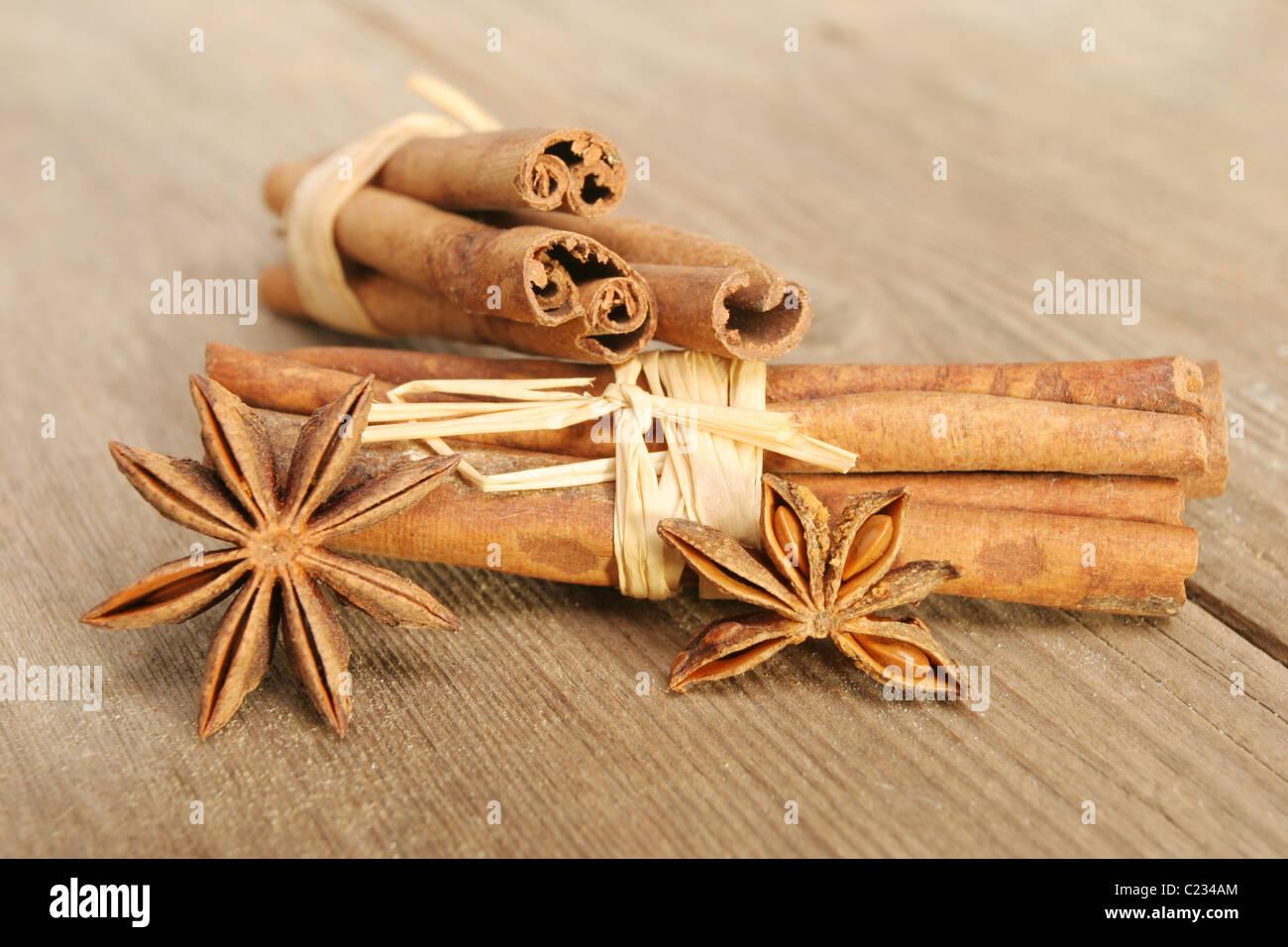 La canela y el anís estrella especias en la vieja y desgastada madera agrietada con foco superficial selectiva Imagen De Stock