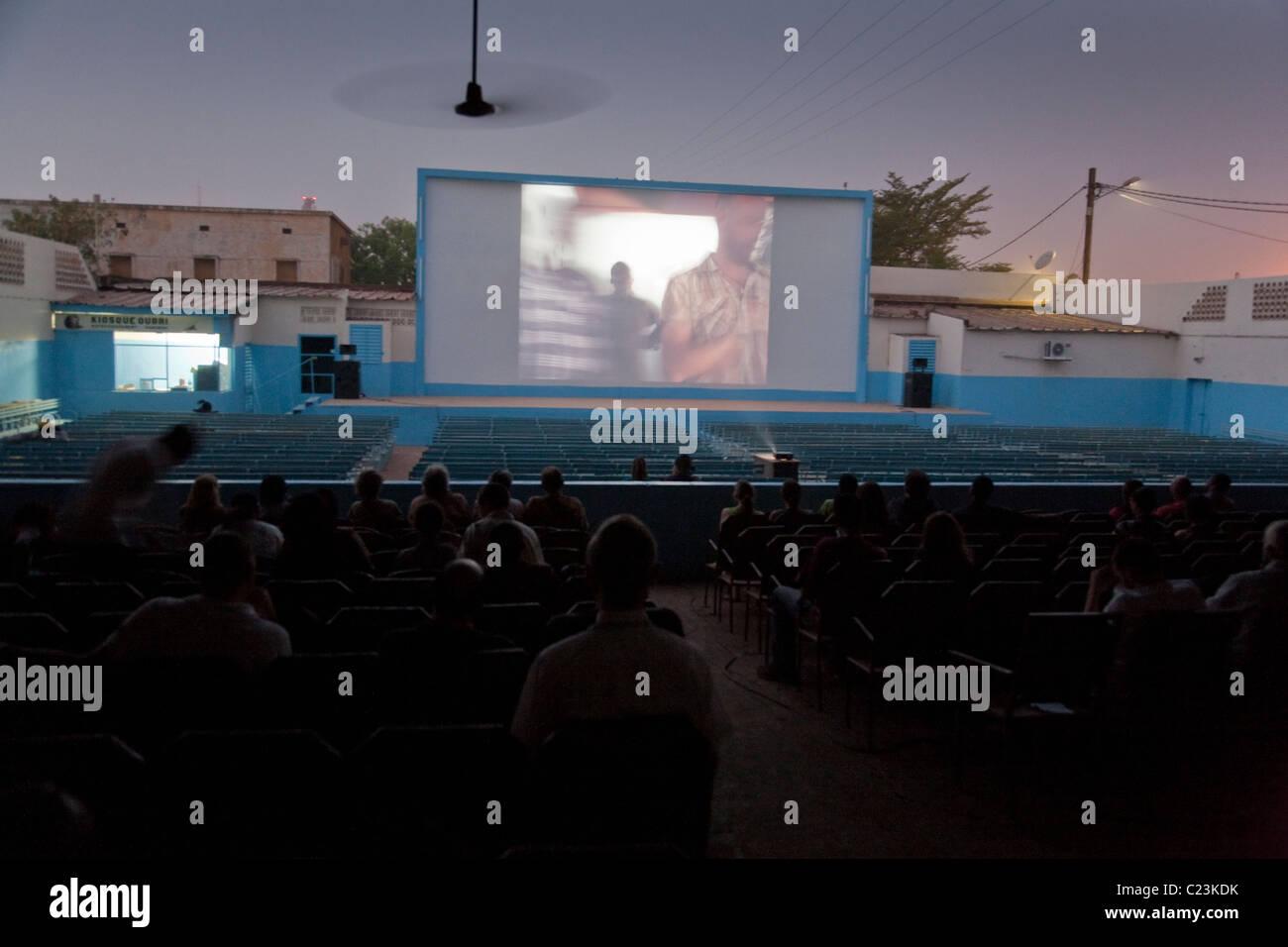 Una proyección en el Ciné Ourbi cine al aire libre durante el FESPACO film festival en Ouagadougou, Burkina Imagen De Stock