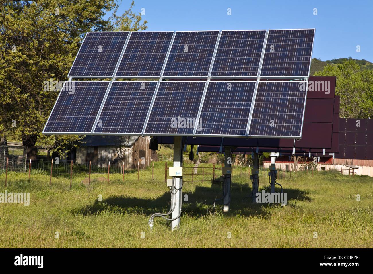 Arreglo de paneles solares en un rancho ganadero en la Cordillera de la costa central de California Imagen De Stock