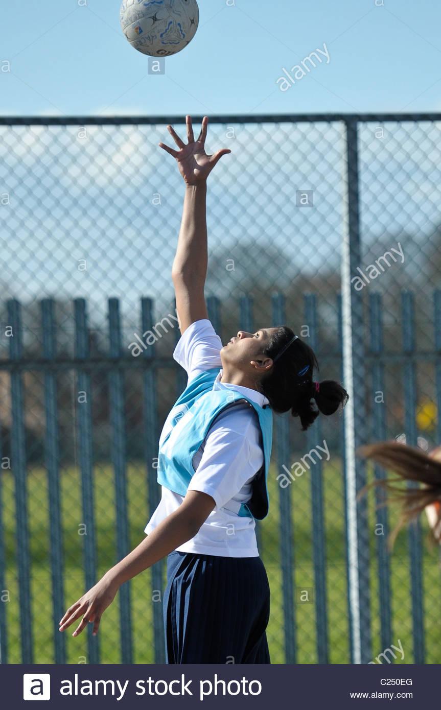 Torneo de Baloncesto de las escuelas del condado. La acción de una de las escuelas de baloncesto de la competencia. Imagen De Stock