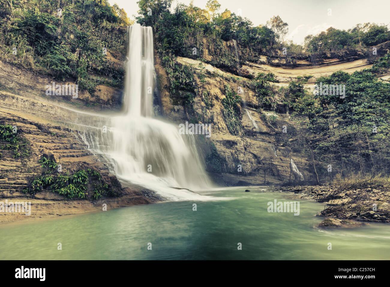 Hermosa cascada de estilo vintage. Bohol. Filipinas Imagen De Stock