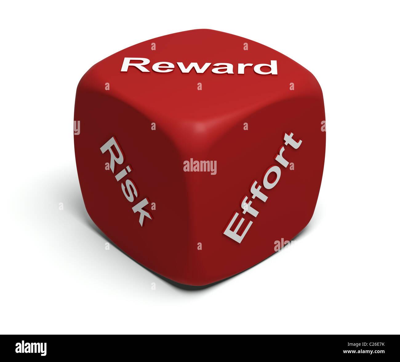Dado rojo con palabras RIESGO, ESFUERZO, recompensa en caras. Foto de stock