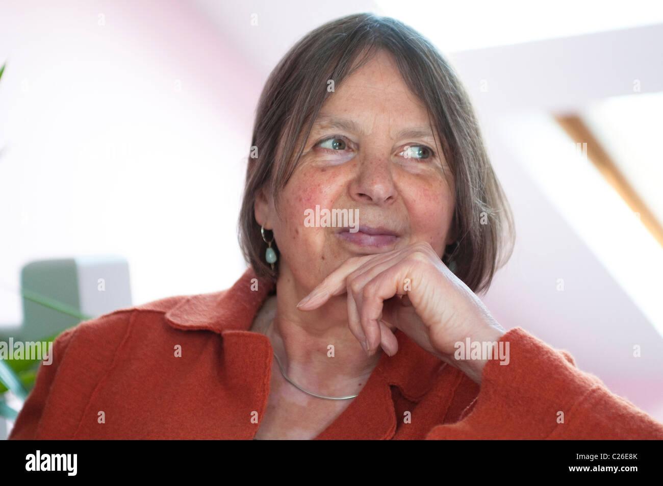 Mujer de mediana edad que buscan relajado y feliz Imagen De Stock