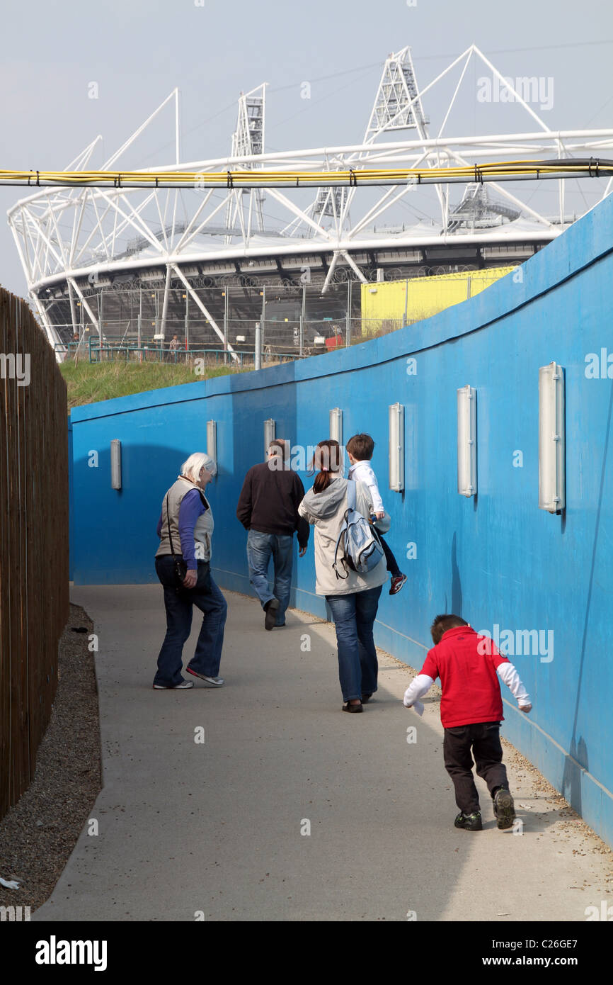Los visitantes de Londres 2012 Olympic Park en marzo de 2011 Foto de stock