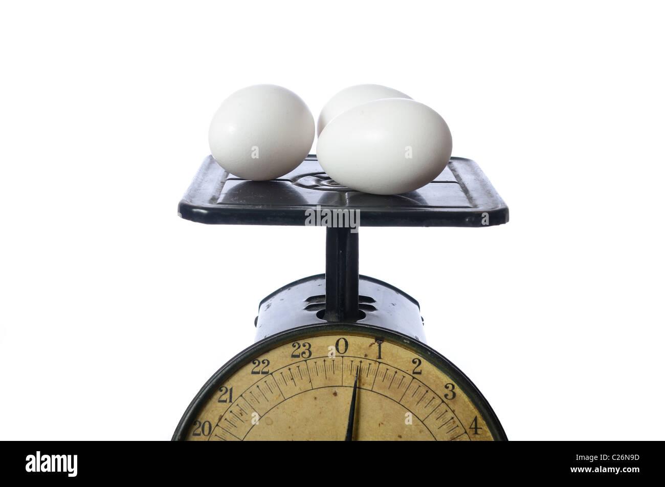 Los huevos se pesan en una antigua báscula. Imagen De Stock