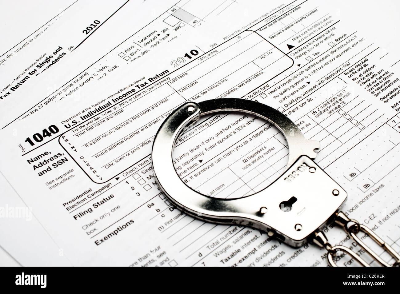 Las esposas de un Americano 1040 el impuesto sobre la renta formulario indicando el fraude fiscal o la evasión Imagen De Stock