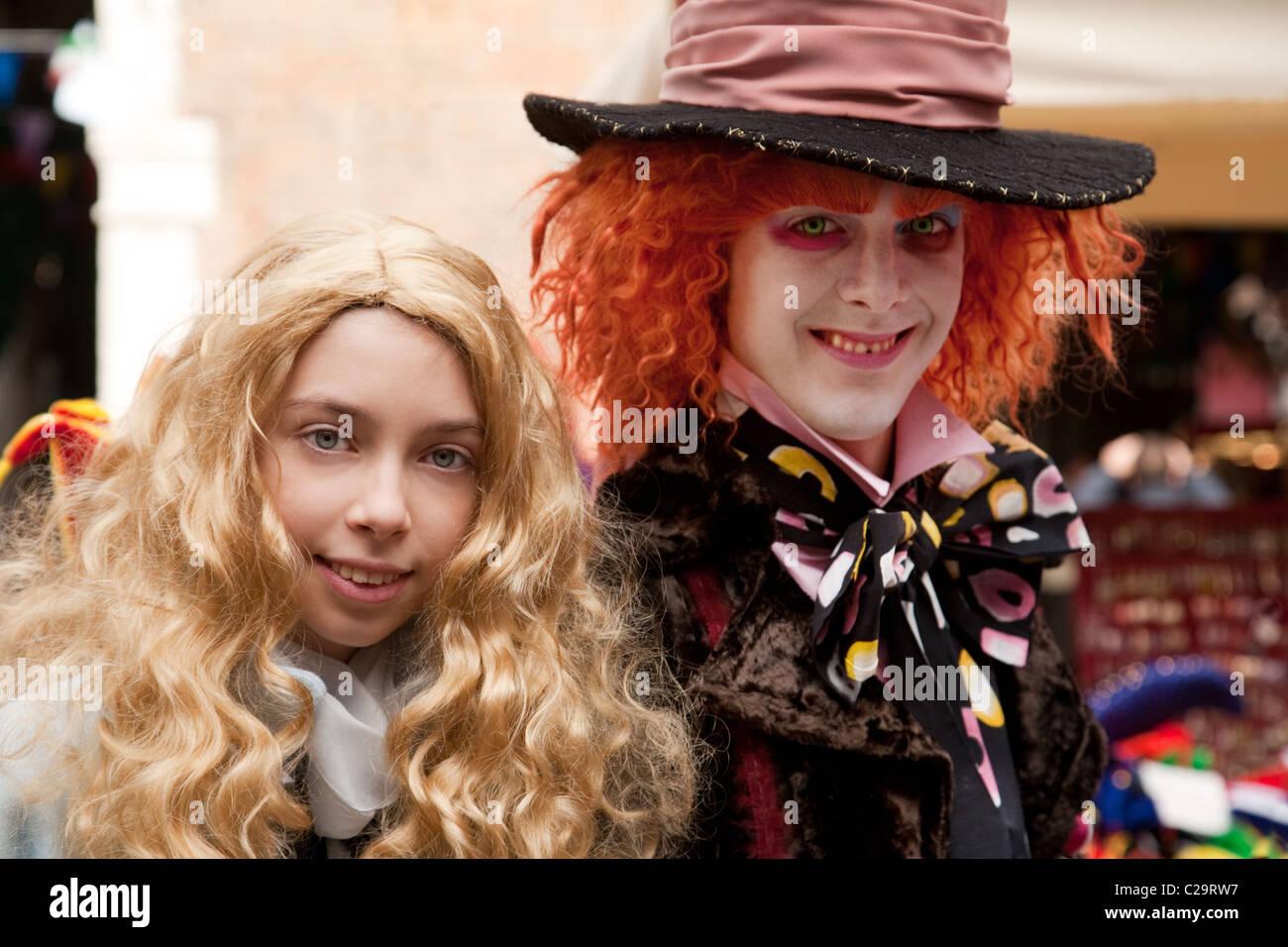 Dos personas en el vestuario de Alicia en el país de las maravillas personajes: Alicia y el Sombrerero Loco, Imagen De Stock