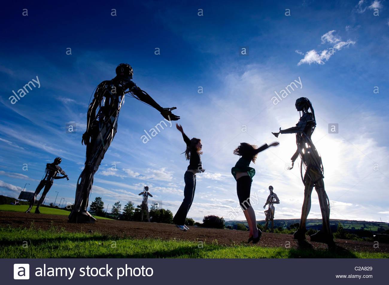 Niños jugando en una escultura de arte público en Strabane, Ulster. Imagen De Stock