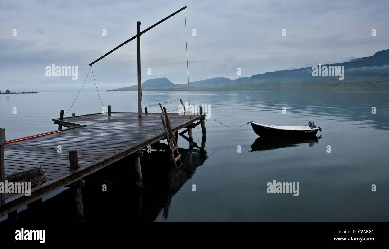 Muelle de madera antigua con barco, Eskifjrur, Islandia Imagen De Stock